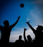 Joueurs de basket sur la cour Image stock
