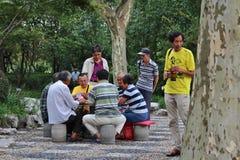 Joueurs de carte en parc de Fuxing, Changhaï photographie stock
