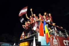Joueurs de football célébrant sur un dessus d'un bus Photographie stock