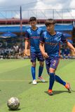 Joueurs de football cambodgiens dans l'action, Kampot cambodia images stock