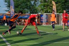 Joueurs de football cambodgiens dans l'action, Kampot cambodia photographie stock