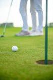 Joueurs de golf frappant le tir avec le conducteur Photo libre de droits