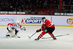 Joueurs de hockey de glace Metallurg (Novokuznetsk) et Donbass (Donetsk) Photos libres de droits