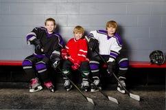Joueurs de hockey de la jeunesse dans le vestiaire Photo stock