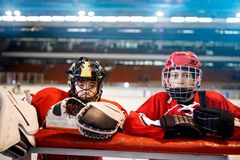 Joueurs de hockey de garçons de la jeunesse photo stock