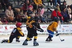 Joueurs de hockey sur glace de la jeunesse dans l'action Image stock