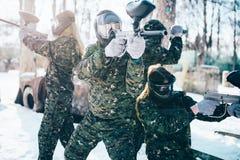 Joueurs de Paintball dans des poses d'uniforme et de masques images stock