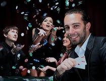 Joueurs de poker s'asseyant autour d'une table à un casino Images libres de droits