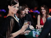 Joueurs de poker s'asseyant autour d'une table Image libre de droits