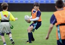 Joueurs de rugby d'enfants images libres de droits