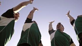 Joueurs de rugby faisant une bousculade banque de vidéos