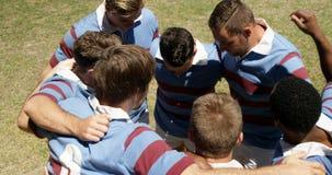 Joueurs de rugby formant un petit groupe sur le champ 4K 4k banque de vidéos