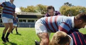 joueurs de rugby luttant pour la boule 4K 4k banque de vidéos
