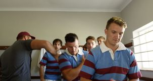 Joueurs de rugby vivant pour le match 4K 4k clips vidéos