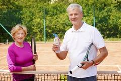 Joueurs de tennis aînés actifs Image stock