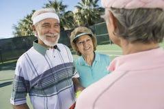 Joueurs de tennis causant sur la cour Image libre de droits