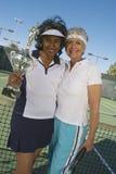 Joueurs de tennis féminins supérieurs tenant le trophée Photographie stock