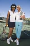 Joueurs de tennis féminins tenant le trophée Photos libres de droits