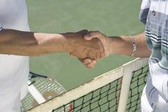 Joueurs de tennis masculins supérieurs se serrant la main Images stock