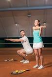 Joueurs de tennis positifs faisant des exercices de sport Image libre de droits