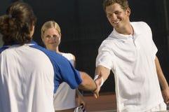 Joueurs de tennis se serrant la main photos libres de droits