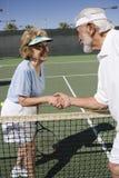 Joueurs de tennis supérieurs se serrant la main Photos stock