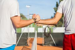 Joueurs de tennis tenant des mains Photo stock