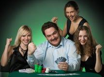 Joueurs de tisonnier dans le casino avec des cartes et des puces photos stock