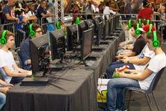 Joueurs de tournoi de garçons et consoles de jeu Photos stock