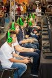 Joueurs de tournoi de garçons et consoles de jeu Photo libre de droits