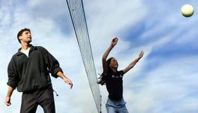 Joueurs de volleyball de couples Images libres de droits