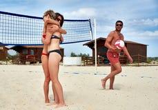 Joueurs de volleyball embrassant après match sur la plage Photos stock