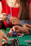 Joueurs jouant le jeu de poker Image libre de droits
