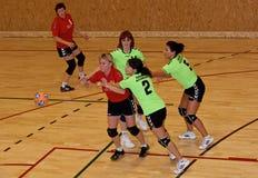 Joueurs non identifiés de handball dans l'action Image stock