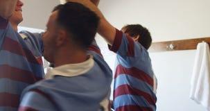 Joueurs réussis de rugby formant le petit groupe après la victoire 4K 4k banque de vidéos
