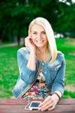 Joueuse de écoute de jeune fille blonde images stock