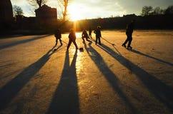 Jouez à l'hockey avec vos parents ou avec des amis Image stock