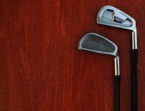 Jouez au golf l'?quipement, v?rifiez le soin du fer, mettez le golf sur le plancher en bois rouge images stock