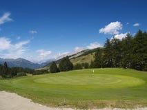 Jouez au golf la cour de jeu en montagne Image libre de droits