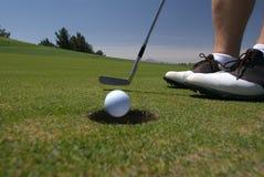 Jouez au golf le putt entrant images libres de droits