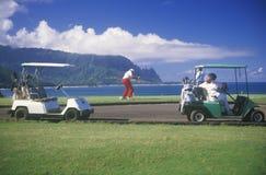 Jouez au golf les caddies et les chariots sur le cours de Princeville Pacifique, Kauai, HI Images stock