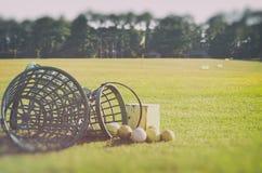 Jouez au golf au panier de champ d'exercice avec des boules de golf à la zone approximative naturellement Photographie stock