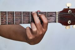 Jouez de guitare la version 12 à la main photo libre de droits