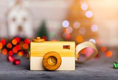 Jouez l'appareil-photo sur la table dans les lumières de Noël Image stock