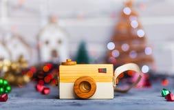 Jouez l'appareil-photo sur la table dans les lumières de Noël Photographie stock
