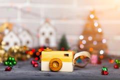 Jouez l'appareil-photo sur la table dans les lumières de Noël Photographie stock libre de droits