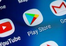 Jouez l'icône d'application de magasin sur le plan rapproché d'écran de smartphone de la galaxie S9 de Samsung Icône mobile d'app photos libres de droits