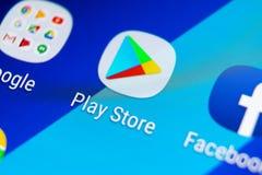Jouez l'icône d'application de magasin sur le plan rapproché d'écran de smartphone de la galaxie S9 de Samsung Icône mobile d'app image stock