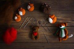 Jouez l'ours avec le coeur de la laine pour le feutrage sec images stock