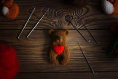Jouez l'ours avec le coeur de la laine pour le feutrage sec photo libre de droits